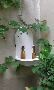 récup vieille fontaine vintage émaillée mur jardin